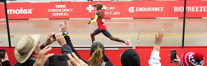 Spectators cheering on Mo Farah in the final stretch of the 2018 Bank of America Chicago Marathon